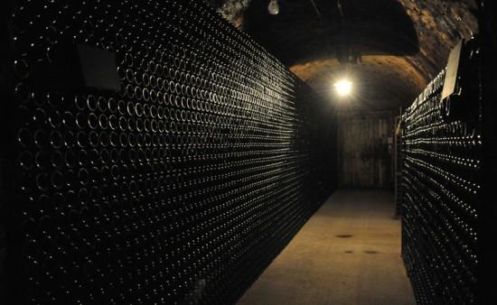 Cantine sotterranee Jacquesson con bottiglie di Champagne