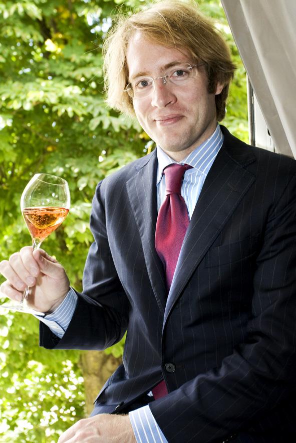 Immagine di Clovis Taittinger con in mano una coppa di champagne