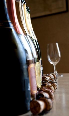 immagine di bottiglie di champagne allineate