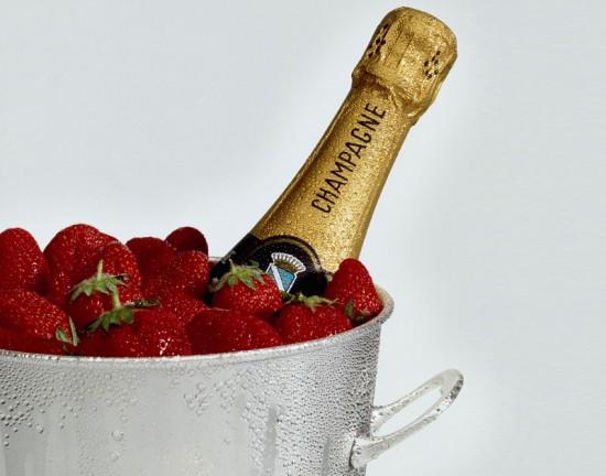 bottiglia di champagne con fragole, ottimo accoppiamento