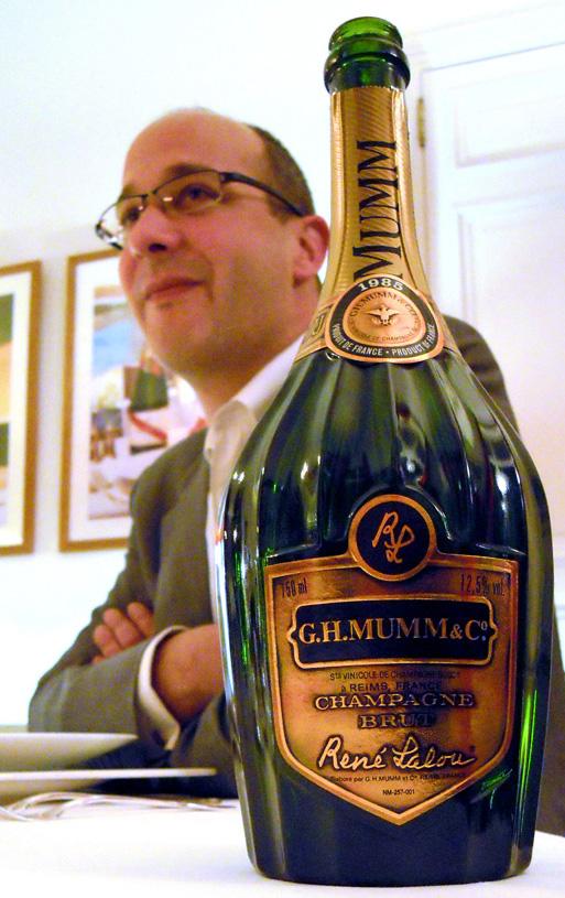 Didier Mariotto dietro la bottiglia René Lalou