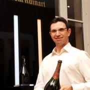 Chef de cave di Ruinart Frédéric Panaïotis e una bottiglia di Champagne Ruinart