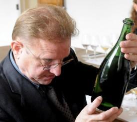 foto di Richard che osserva una vecchia bottiglia di champagne dom perignon