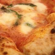 immagine di pizza margherita, ottima con champagne di classe