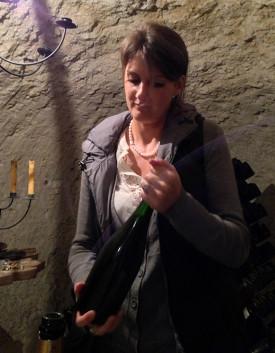 Laureen Baillette con bottiglia di champagne