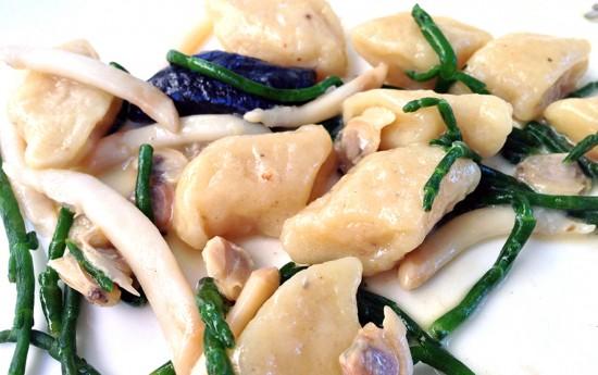 Gnocchi con telline, cannolicchi e asparagi di mare