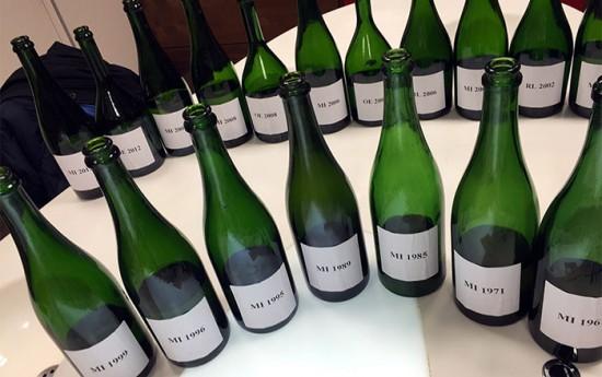 Bottiglia di champagne durante la degustazione Mumm