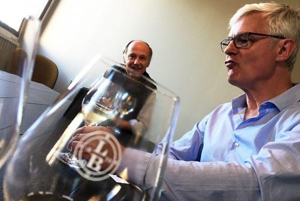 Hervé Jestin, chef de cave della maison, a destra Frédéric Zeimett, Directeur Général della stessa.