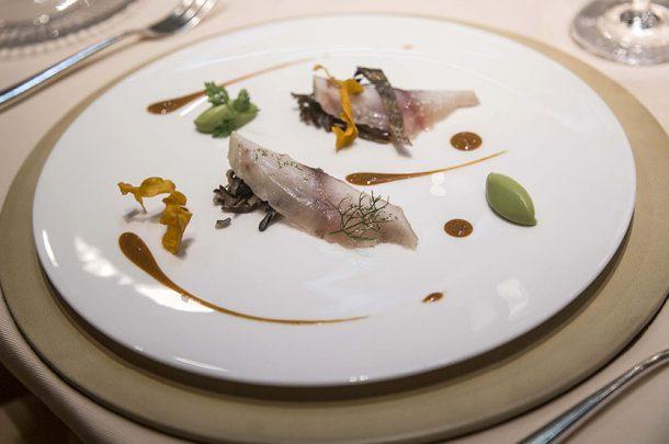 Orata marinata all'erba cedrina e menta, riso selvaggio all'aglio novello, avocado e salsa ai ricci di mare